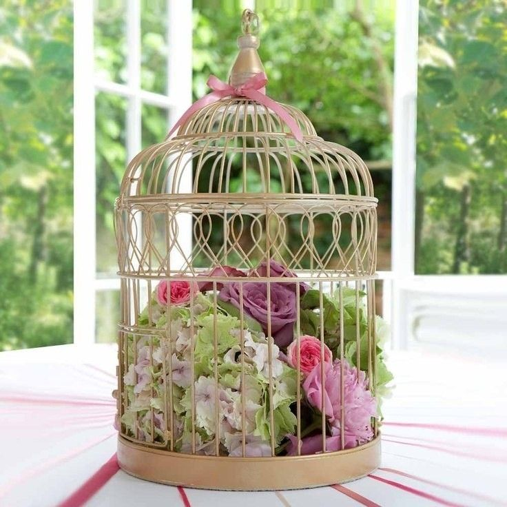 Птичья клетка, наполненная цветами