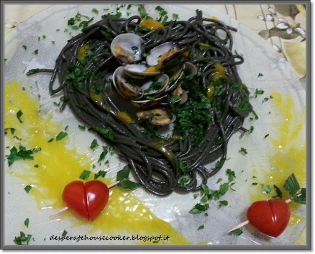 Tonnarelli al nero con le vongole e salsa allo zafferano