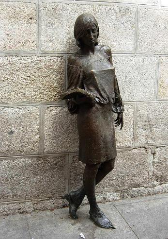 Julia, la estudiante de bronce de Malasaña nacida de una leyenda de Madrid | DolceCity.com