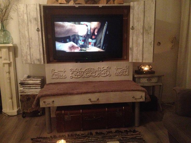 Tvkast met luiken om tv te verbergen. Tevens een bankje.