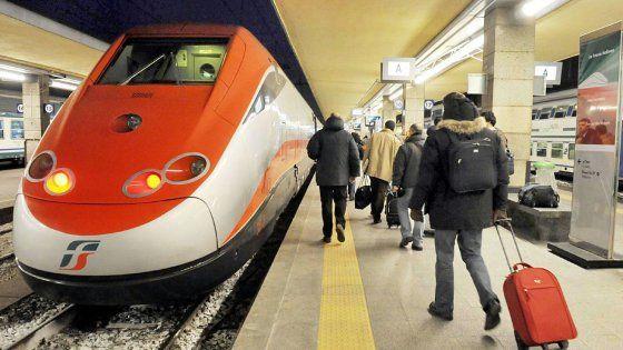 """Milano- Torino. I passeggeri confrontano stipendi e nuovi prezzi degli abbonamenti. """"Su 1500 euro 400 restano sul Frecciarossa. Non abbiamo alternative,"""