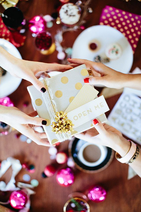 Ofera-le daruri dar si experiente memorabile! Daruieste emotii!   Holiday gift wrap party   photo by Paige Jones   100 Layer Cake