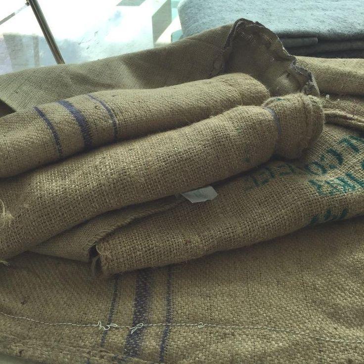 Aprovecha los sacos donde venden el café. ¡Con ellos podrás hacer un alfombra rústica como esta!