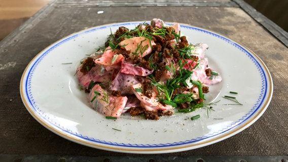 Schneller Matjessalat mit Pumpernickel-Crunch