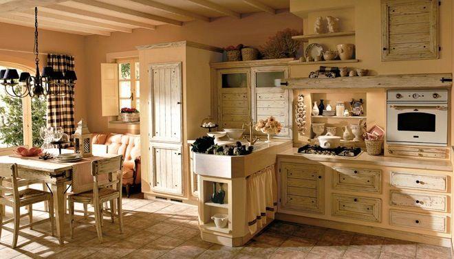 keuken in Franse stijl met houten deuren en gietijzeren beslag