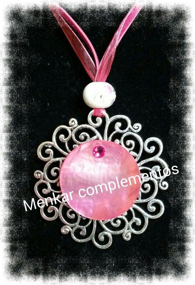 Colgante con base de filigrana, nácar rosado y cristal checo.