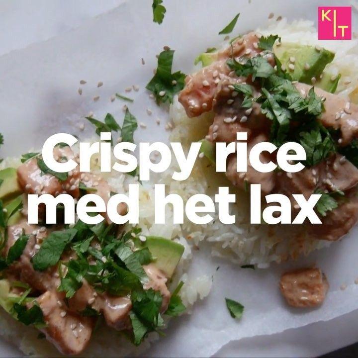 CRISPY FRIED RICE RECEPT: 4 dl kokt klibbigt ris/jasminris⠀ 200g lax ⠀ 1 tsk japansk soja⠀ 2 msk majonnäs⠀ 1 tsk srirachasås⠀ 1 tsk limesaft⠀ Salt⠀ Peppar⠀ 1 st avokado⠀ 1 dl hackad koriander⠀ 1 msk sesamfrö ••• Blanda tärnad lax med soja, majonnäs, sriracha, lime, salt och peppar i en skål. Ställ åt sidan.. Forma ris till 4 biffar.