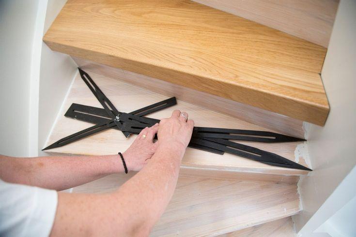Måtta in och såga till trapprenoveringssteget Någon form av mall är nödvändig att använda när måtten på planstegen i din befintliga trappa ska överföras till trapprenoveringsstegen. Pappersmallar kan användas men vi förordar vår utmärkta trappstegsmätare.  Se hela guiden på:  http://www.lundbergs.com/sv-se/guider/renovera-trappan