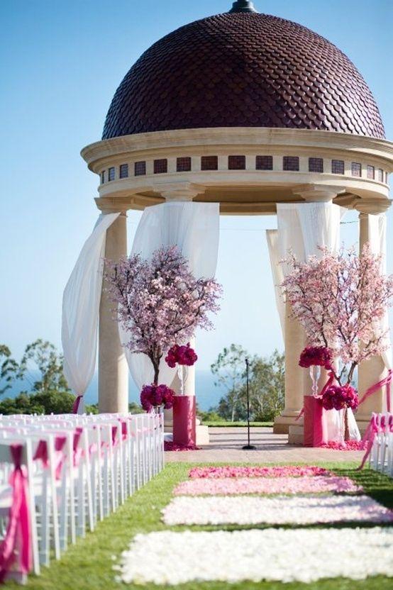 青空の下、桜バージンロードを歩きたい♡ 桜の時期のウェディングのアイデア。結婚式/ブライダルの参考に☆