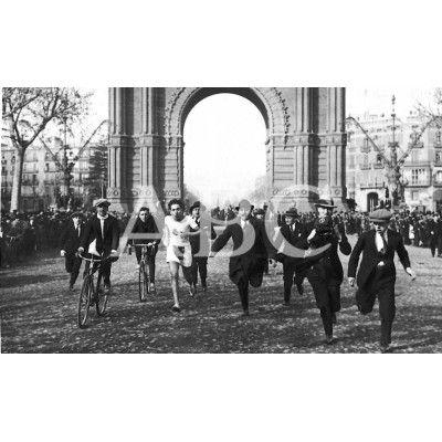 Barcelona. 1924 (CA.) El corredor Miguel, del Real Club Deportivo Español, ganador del premio Jean Bouin, sobre un recorrido de 10 kilómetros, que hizo en treinta y dos minutos en competencia con otros 185 corredores