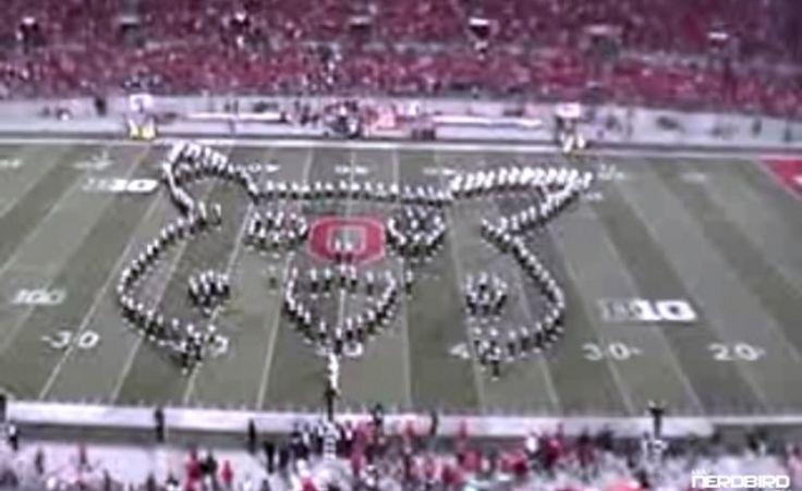 Toda banda marcial de escola/faculdade que você já viu acaba de se transformar em meros tocadores de tambor e corneta.