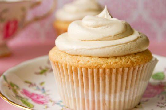 Cupcakes fáciles y deliciosos, prueba esta sencilla receta la masa tiene arándanos y el betún es de vainilla, son muy fáciles de hacer y quedan súper ricos.