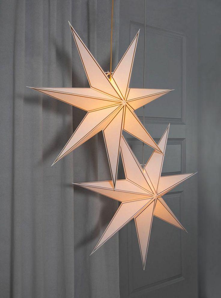 Nicolas er en meget vakker adventsstjerne for deg som liker det rene og enkle. Stjernen er laget av hvitt papir med enkle linjer i enten gull eller sølv og matchende 3,5 meter lang tekstilkabel.