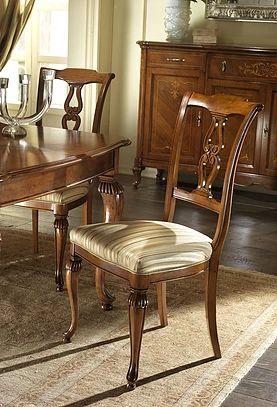 Scopri le nostre sedie tappezzate con tessuto, ecopelle, pelle, poltrone laccate, in noce, ciliegio, mogano.