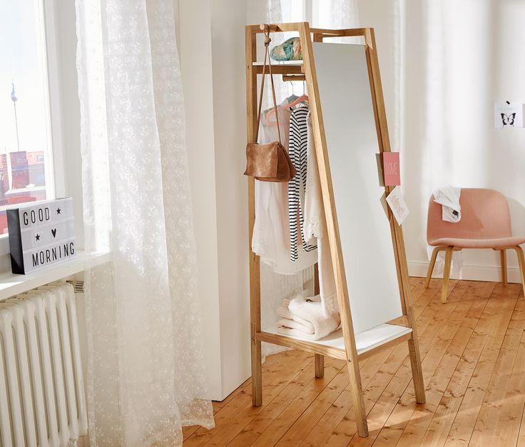 149.00 Fr. Ist das ein Spiegel? Oder ein Kleiderständer? Beides und mehr: Die Garderobe mit einem Gestell aus massivem Eichenholz bietet hinter einem Ganzkörperspiegel viel Stauraum an einer Kleiderstange und auf einer oberen sowie einer unteren Ablagefläche.