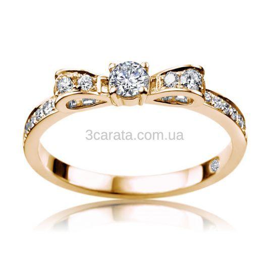 Женственное и элегантное кольцо - бант со средней величины бриллиантом в окружении более мелких - идеальный подарок для помолвки. Напомнит возлюбленной, что она желанная и удивительная. Подарите ей радость и улыбку! Вес изделия 2,6 грамма