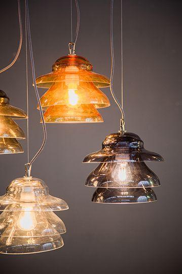 Le Cìcare. Lampade a sospensione in vetro soffiato colorato. Pensando agli isolatori dei vecchi pali della luce, nasce la serie Le Cìcare, le nuove sospensioni firmate Olev dal sapore industriale-retrò.