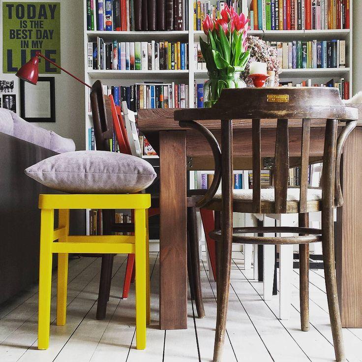 Nowy bohater domu  jeszcze niedawno nóżki mu się wykrzywiały w każdą stronę, a w miejscu siedziska miał wielką dziurę  żółty stołek  #stołek #odnowiony #nowystarymebel #żółty #yellow #nowykolor #wiosna #spring #nowykolorwdomu #newcolor #myhome #homestyle #livingroom #stół #table #krzesła #chairs #biblioteka #książki #library #books #kamienica #tenement #kwiaty #flowers #tulips #interior #interiordesign #kolorowydom #whitefloor
