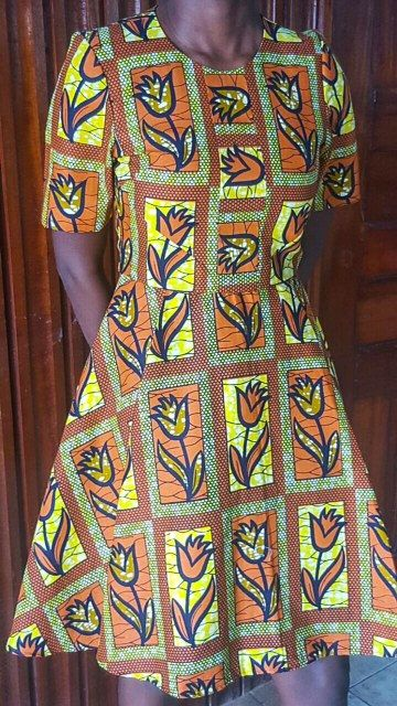Cette robe est faite de tissu imprimé africain et est équipée sur le dessus de la moitié et une ligne dans le bas avec un grand front pli. Il est très flatteur et aurait fière allure avec deux appartements pour pendant la journée et des talons pour la transition à une tenue de soirée. La robe est conçue pour s'asseoir au dessus du genou. * 100 % coton * doublé de Popeline * fermeture par zip à l'arrière * haute/autour de l'encolure * à la main sur mesure taille de 10 UK ou taille 6...
