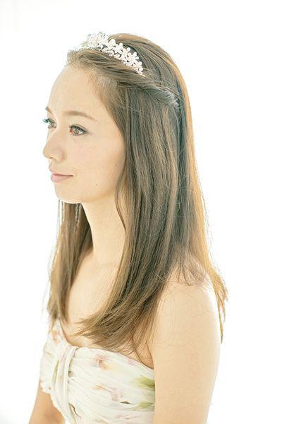 前髪はセンターパートに分けて、サイドのヘアも少しとって、ねじりながら後ろで留めます。  ■お問い合わせ先 ハツコ エンドウ ウエディングス ...