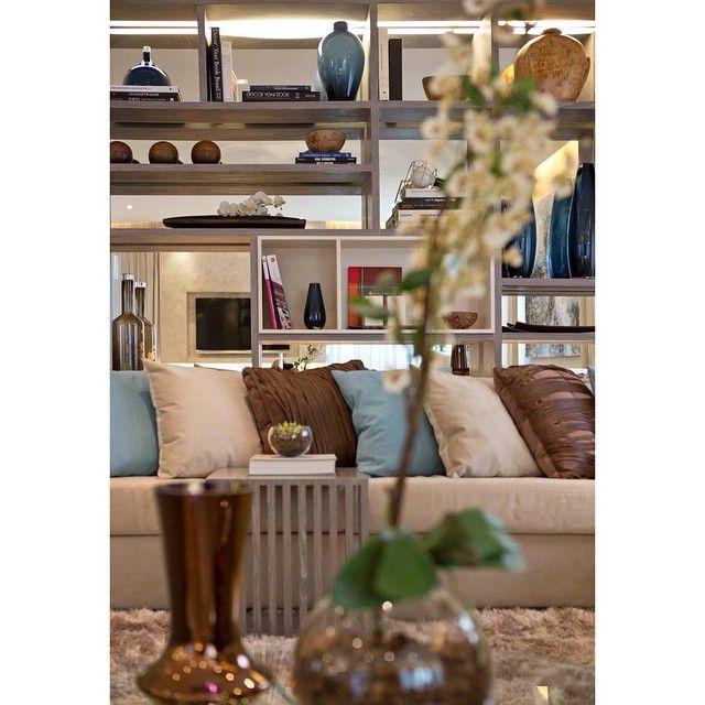 Bom dia segunda feira!! Foto do living de um dos nossos apartamentos decorados. A estante até o teto, atrás do sofá, tem o fundo espelhado para dar a sensação de vazada. Isso amplia o ambiente é ainda duplica a produção da estante.  #carq #decoradobycarq #tips #decortips #decoração #interiores #living #decorado #design #homedecor #arquitetura #estante #espelho #sala #estar