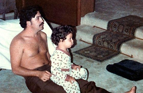 El sanguinario Pablo Escobar, viendo la tele con su hijo. Todos tienen un punto debil