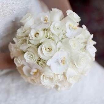 bruidsboeket: bruidsboeket-biedermeier-witte-rozen-phalaenopsis-orchidee