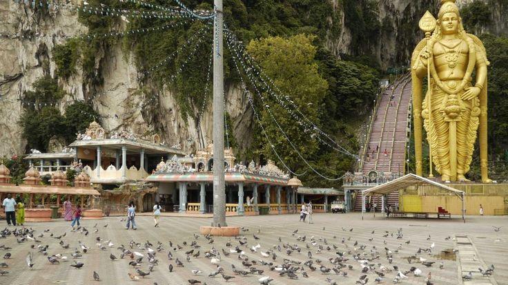 Le Batu Caves rappresentano uno dei più grandi siti religiosi del Sud Est Asiatico e il più grande di religione indù fuori dall'India, con numerosi templi a ridosso e all'interno di grotte sacre - © Nella Terra di Sandokan www.nellaterradisandokan.com/citta/batu-caves/