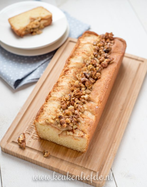 Als ik zin heb om iets lekkers te bakken, maar niet lang in de keuken wil staan, dan bak ik een cake. Deze appelcake met walnoten is mijn favoriet in de