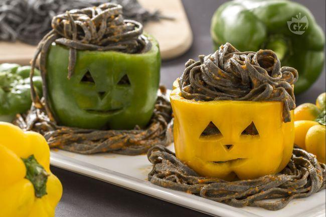 I tagliolini stregati nel peperone, sono un primo piatto appetitoso e divertente, creato per stupire i vostri invitati durante la festa di Halloween.
