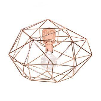 Die Diamond Deckenleuchte der schwedischen Marke Globen Lighting verbreitet Licht und zauberhafte Schatten wie ein funkelnder Diamant. Wählbar in verschiedenen Lackierungen, Design von Patrick Hall.