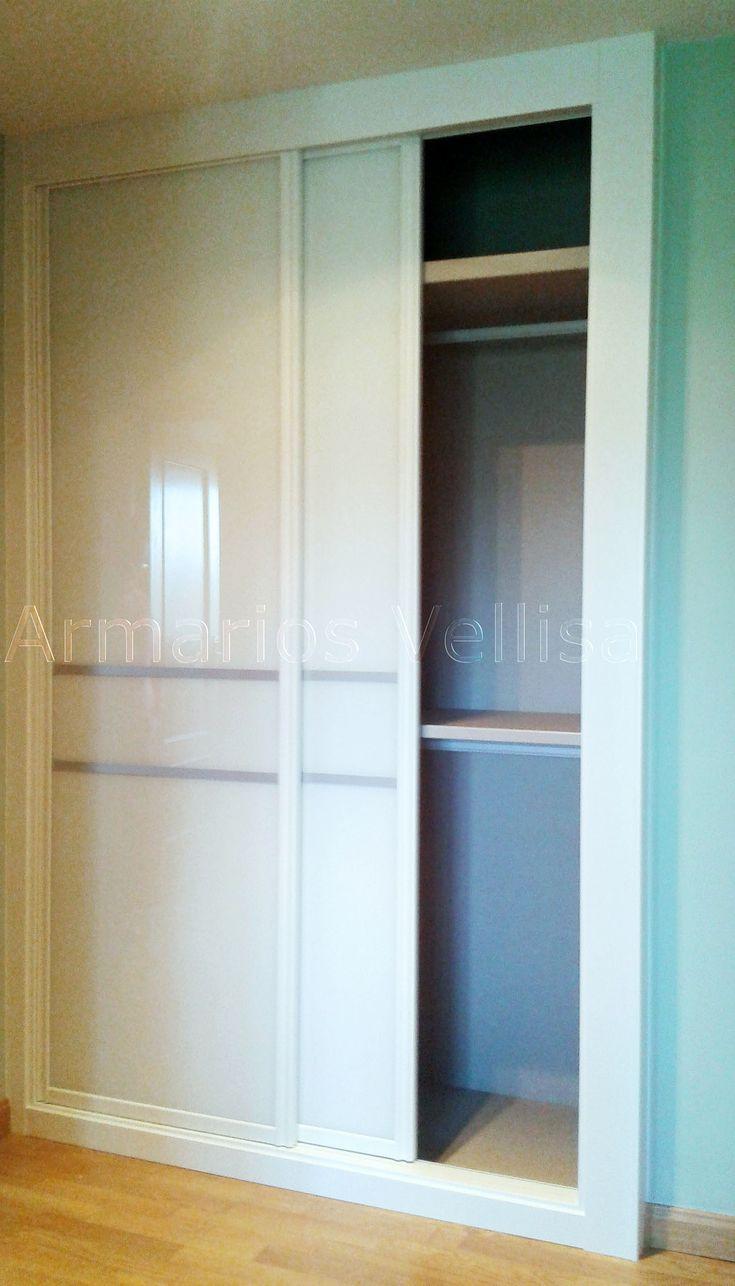 Armario empotrado en pasillo. 239 X 152 X 69  Puertas correderas: 2 Modelo: Japonés con cristal blanco, separado 30 cm. con junquillos de aluminio de 2,5 cm. Color base: Blanco lacado.
