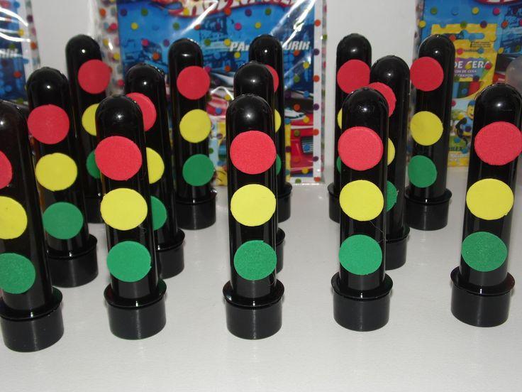 """Tubete personalizado sinal de trânsito e.v.a    Ideal para os temas: Hot Wheels, Carros, Ferrari, etc    Não acompanha doces    QUALQUER DÚVIDA SOBRE FRETE, PERSONALIZAÇÃO, ETC, É SÓ ENTRAR EM CONTATO ATRAVÉS DO BOTÃO """"CONTACTAR VENDEDOR""""    ATENÇÃO! SÓ CLIQUE EM """"COMPRAR ESTE PRODUTO"""" APÓS TIVER..."""