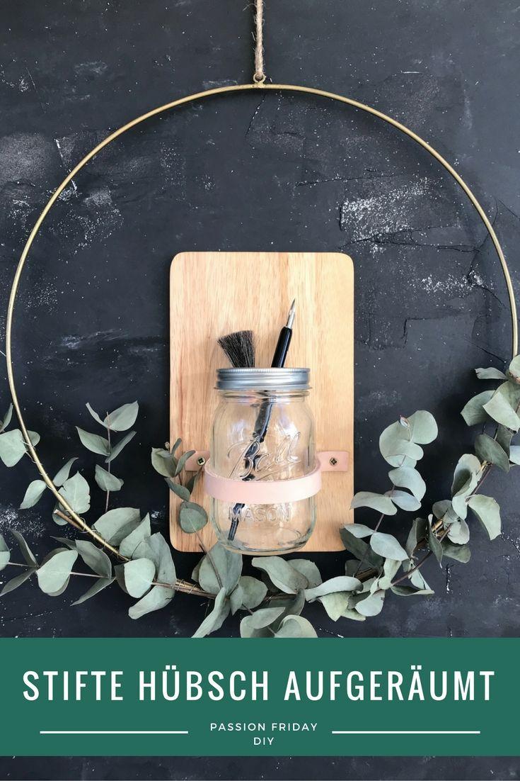 passion friday diy - stifte hübsch aufgeräumt - ein DIY von frühstück bei emma - Mit einem alten Frühstücksbrett, 2 Schrauben und einen Lederriemen zauberst Du ganz schnell eine hübsche Aufbewahrung für Stifte, Pinsel und hübsches Schreibzeugs.