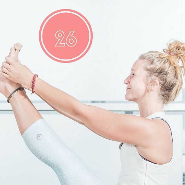 La posture du héron étire les muscles ischio-jambiers, stimule les organes des abdominaux et le cœur. #krounchasana #yoga #yogapants #yogalife #yogalover #legs #legsday #abs #abstractphotography