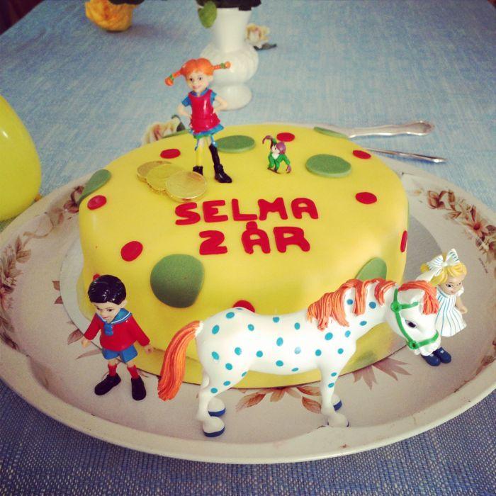 Min dotter Selma är helt tokig i Pippi! Så när hon fick önska tårta till sin födelsedag blev det såklart en pippitårta!