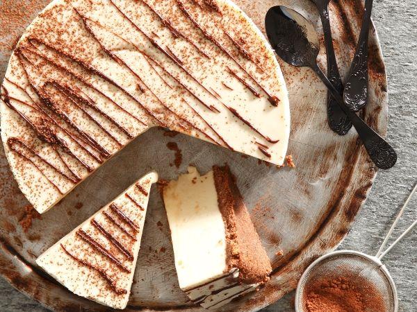 Uit die Huisgenoot toetskombuis:  Kaaskoek met kondensmelk en sjokoladesous