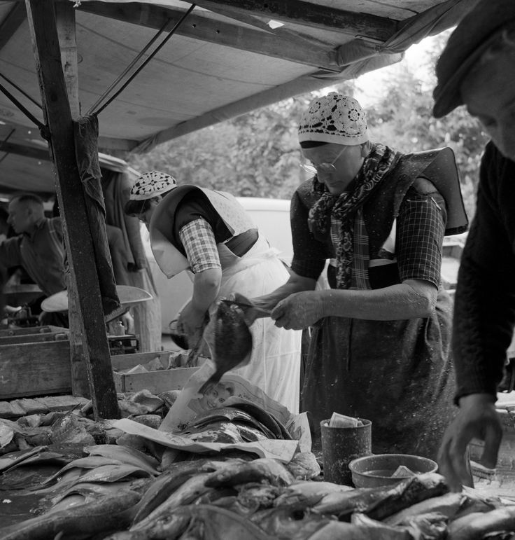 Visverkoopsters op de markt van Bunschoten en Spakenburg (1950-1960) fotograaf: Oorthuys, Cas #Utrecht #Spakenburg