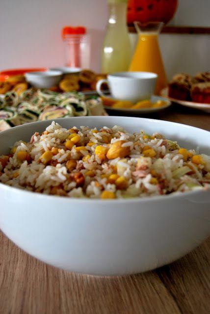 Składniki:   200 g białego ryżu;  1 puszka tuńczyka w sosie własnym (waga netto, po odsączeniu 130 g);  1 puszka kukurydzy konserwo...