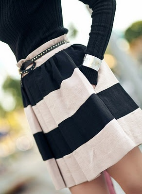 Navy and Off White skirt: Style, Black And White, Outfit, Stripes Skirts, Black White, Pockets, Cute Skirts, White Skirts, Belts