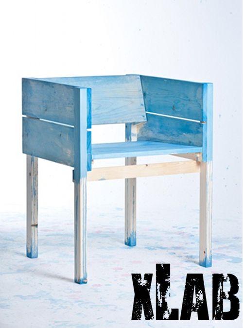 Sedia colors simile alla foto in legno massello di abete originale Xlab.  Una simpatica sedia poltroncina in abete colorata dai nostri artigiani in maniera casuale, ogni pezzo sarà diverso dall'altro.  Nelle note ordine potete scegliere il colore: Azzurro Rosso Lilla Verde Giallo  Realizzata a mano dal team Xlab Design  Misura: L 60 H45(seduta) P60 cm