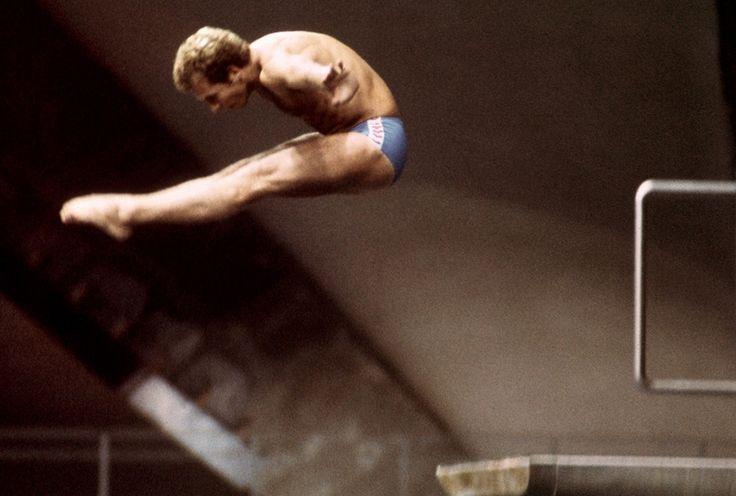 Le plongeur italien Klaus Dibiasi, au cours de l'épreuve du tremplin de 5m des Jeux olympiques de Montréal, en 1976. Dibiasi a remporté la médaille d'or, obtenant ainsi son 3e titre olympique après Mexico et Munich.