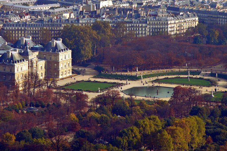 Au sommet de la Tour Montparnasse, qui fut longtemps l'immeuble le plus haut de France avant l'achèvement de la tour First en 2011, appréciez une vue spectaculaire à plus de 200m d'altitude. Au milieu des boulevards et des immeubles parisiens, vous y apercevrez les allées paisibles et verdoyantes du Jardin du Luxembourg.