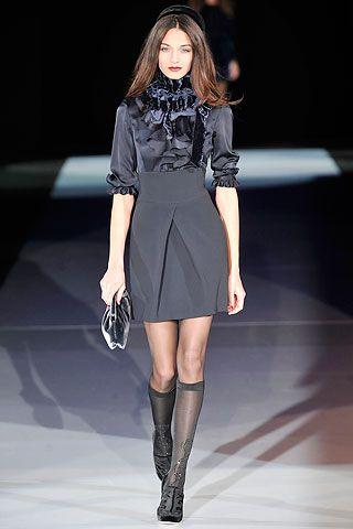 Blusa negra con volados falda negra cintura alta Emporio Armani
