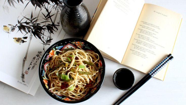 """Ultimamente sui social impazzano le foto dei noodle: li vediamo in tutti i modi e in tutte le salse. Dai noodle di riso, a quelli di soia, dagli udon giapponesi alle zuppe thailandesi. Fino a pochi anni fa, li chiamavamo semplicemente """"spaghetti cinesi"""", oggi, invece, grazie anche al web e ai social, li chiamiamo con il vero nome:noodle, ramen, yakisoba a seconda del tipo e delle origini. Quanti tipi di noodle conoscete? Sapreste distinguere l'uno dall'altro? Quali sono le ricette che…"""