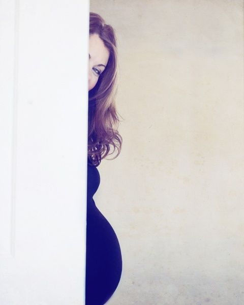 I think this is the cutest maternity pic I have ever seen, I really like it for some reason, maybe because my face wouldnt fully be in it, hahaha.