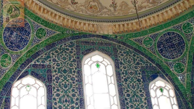 1.Ahmet Has Odası, dedesinin yatak odasına bitişik olarak inşa ettirilen mekân, Fil Avlusu'na bakıyor. Küçük bir kubbeyle örtülü mekânın duvarları kubbeye kadar çinilerle kaplanmış. Duvarlardaki mermerlerin kapı, pencere ve hücre bulunmayan kısımlarıysa altın yaldızlı hatlarla süslenmiş. Nefis bir çeşme de köşede duvar içine yerleştirilmiş. Sedefkâr Mehmet Ağa tarafından inşa edilen odanın, pencere ve dolap kapaklarıyla çekmeceleri, sarayın klâsik sedef işçiliğinin en güzel örneklerindendir.