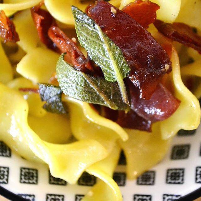 Für faule Genießer gibt es heute Pasta mit Salbeibutter und Serrano-Schinken 🍽️🤗 Das Rezept findet ihr wie immer auf unserem Blog.☝️Der Link ist in der Bio. . . #hauptstadtküche#pasta#salbei#butter#serranoschinken#schnelleküche#food#foodie#foodstagram#foodpics#foodblog#foodblogger#foodlover#instafood#newblog#blog#blogger#foodoftheday#foodpost#blogpost#lecker#rezept#berlin#berlinfoodblogger#yummy#tasty#hauptstadt#küche#ichliebefoodblogs#rezeptebuchcom