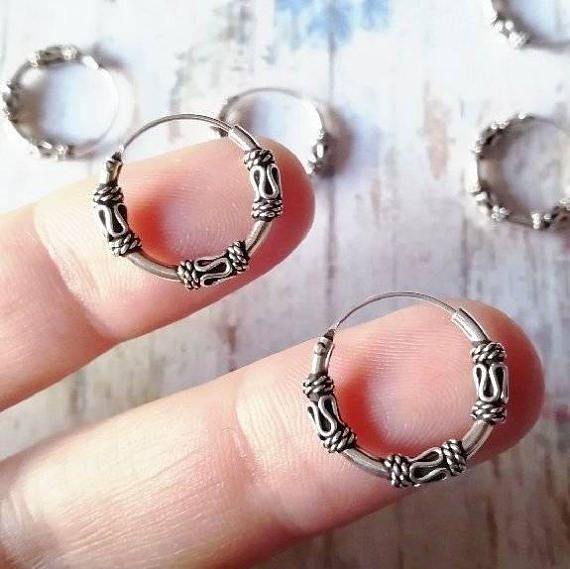 Mira este artículo en mi tienda de Etsy: https://www.etsy.com/es/listing/551983951/bali-hoops-earrings-aros-de-bali-aros-de