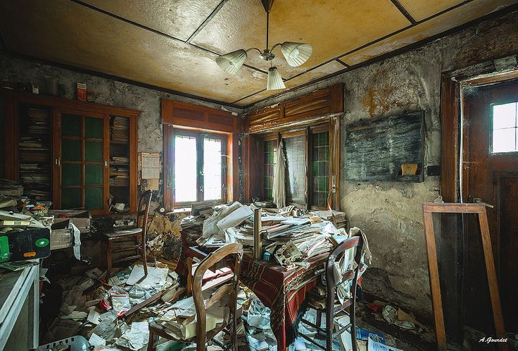 Bonjour, vous êtes dans une propriété privée... / Ah... désolé pour le dérangement... - Maison des écoliers by Anthony Gourdet 11-30-14